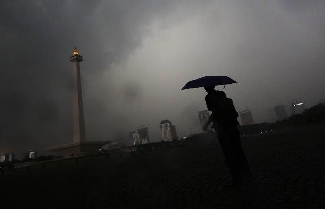 Photo of Waspada, Hari Ini Jakarta Diprediksi Hujan Disertai kilat dan Angin Kencang
