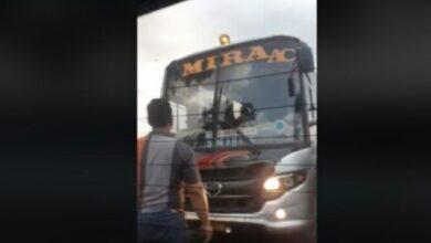 Photo of Hadang Bus Lawan Arah, Aksi Pria Ini Tuai Perhatian
