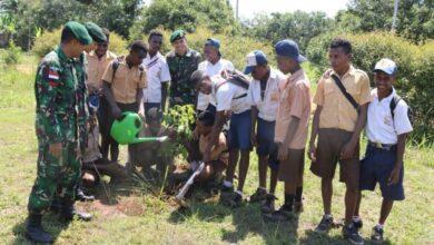 Photo of Peringati HMPI Prajurit TNI Budayakan Cinta Tanam Pohon kepada Pelajar SMP di Papua