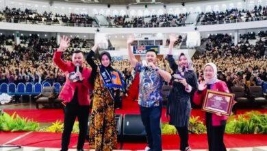 Photo of Ribuan Mahasiswa Histeris Melihat Penampilan Merry Riana di Acara Olpedia Indonesia