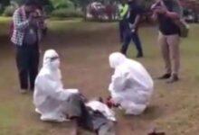 Photo of Pria Ini Dievakuasi Petugas dengan APD Usai Tumbang di Taman Depan Wali Kota Jaktim dengan Suhu Badan Tinggi