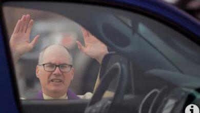 Photo of Pastor asal Polandia Ini Terima Pengakuan Dosa Jemaat Lewat Drive In