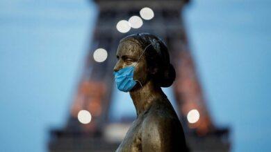 Photo of Ada Penampakan Patung Emas Wanita Mengenakan Masker Dekat Menara Eiffel Prancis