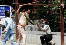 Photo of Tak Hiraukan Social Distancing Disaat Lockdown, Polisi India Pukul Warga dengan Tongkat