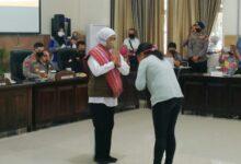 Photo of Peduli Pendidikan, Gubernur Khofifah Bantu 621 Mahasiswa Asal NTT di Kota Malang