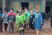 Photo of MCCC dan Pemuda Muhammadiyah Bantu Warga Bersihkan Lumpur