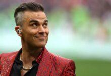 Photo of Penyanyi Robbie Williams Ungkapkan Pengalaman Saat Lehernya Mau Diputusin