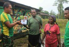 Photo of Hadapi Masa Sulit, Kedua Warga Papua Ini Datangi Pos TNI Minta Bantuan