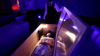 Photo of Cara Unik Orang Jepang Hilangkan Stres Akibat COVID-19, Tidur dalam Peti Mati yang Dikeliingi Zombie
