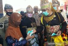 Photo of Unik, Bupati Temanggung Kenakan Baju Wayang Kresna Sosialisasi Wajib Masker di Pasar