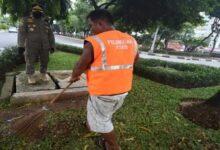 Photo of Makanya Pakai Masker Bro, 12 Pelanggar Diberi Hukuman Bersihkan Makam
