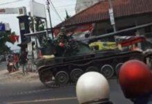 Photo of Heboh, Tank TNI AD dari Baja Tabrak Gerobak Gorengan Hingga Rusak