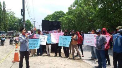 Photo of Ini Alasan Warga Babelan Demo Desak Bupati Eka Supria Atmaja Rombak Direksi PT BBWM
