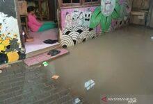 Photo of Akibat Hujan Deras Jumat Sore, Tujuh RT di Jakarta Ini Tergenang Air Hingga 70 Sentimeter