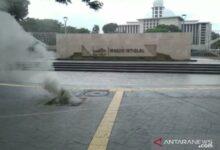 Photo of Kepulan Asap Keluar di Depan Masjid Istiqlal Akibat Kabel Listrik Terbakar