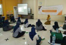 Photo of Memotivasi Bekerja di Masa Pandemi, Dosen FE Unesa Lakukan Edukasi pada Ibu Rumah Tangga